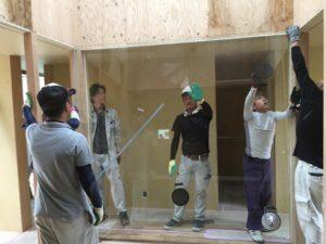 西宮市「T邸新築工事」ライトコートに大きな一枚ガラスが入りました。