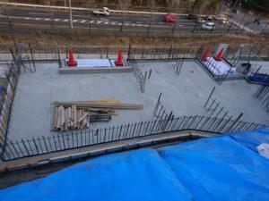 『宝塚 山手台の家』では地中梁、スラブコンクリート打設後の墨だしです
